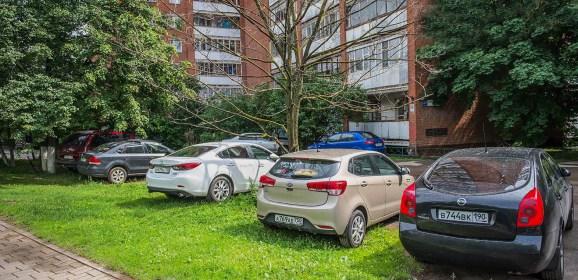 Более 15 миллионов рублей штрафов выписали за парковку на газонах в Подмосковье