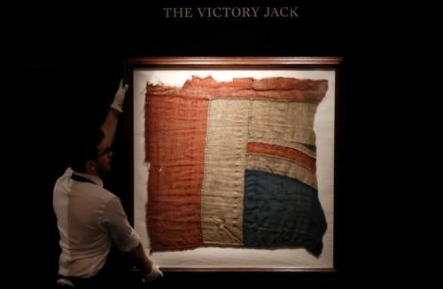 عرض قطعة من علم المملكة المتحدة الذي رفع في معركة الطرف الأغر في مزاد