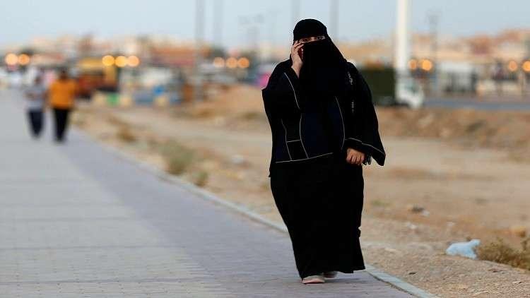 هيئة كبار العلماء بالسعودية: المرأة ملزمة بستر نفسها وليس بارتداء العباءة