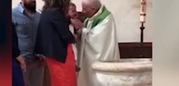 فيديو لكاهن يصفع رضيعا أثناء تعميده يثير غضبا على الإنترنت