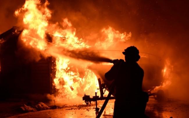 انخفاض مرتقب في الحرارة يعزز جهود مكافحة حرائق الغابات في كاليفورنيا
