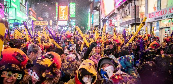 الآلاف يتحدون المطر ويشهدون ميلاد عام جديد في ساحة تايمز سكوير
