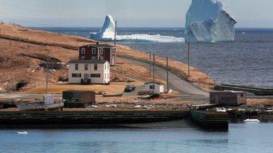 К канадскому городу прибило ледяную глыбу высотой с 17-этажный дом