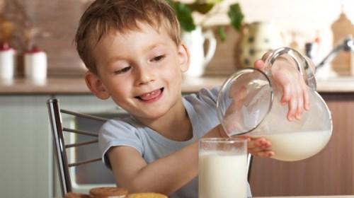 Ученые выяснили, как коровье молоко влияет на рост детей