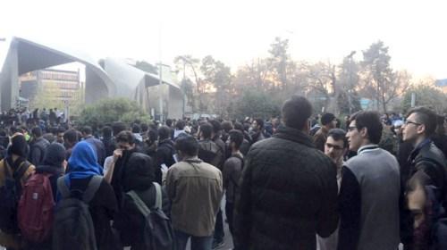 США обещают поддержку иранским протестующим