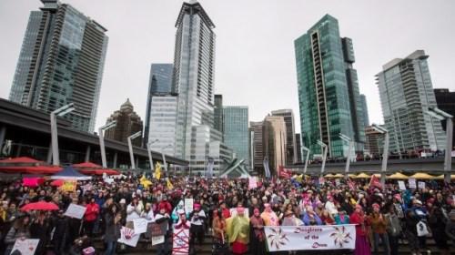 Тысячи человек принимают участие в Женском марше в Канаде