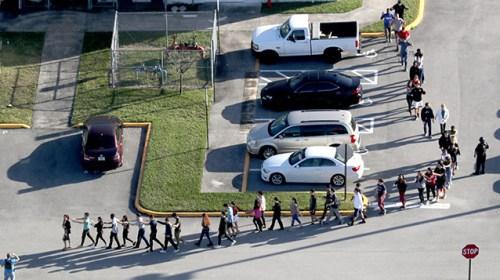 """Школьников и учителей во Флориде тренировали на случай стрельбы, но это не помогло: """"Их лишь учат кидать стулья"""""""