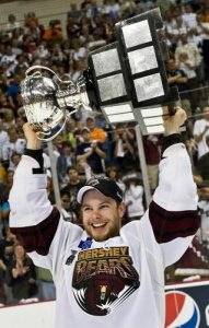 Andrew Gordon hoists the Calder Cup for the second straight year.
