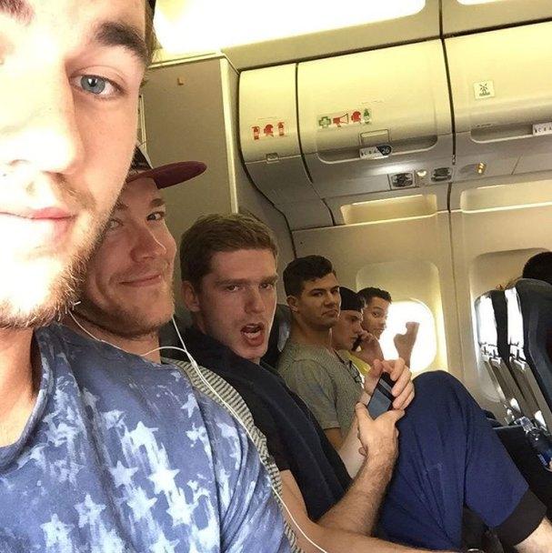 caps-selfie-plane