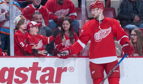 mike-green-gives-puck-to-tiny-fan