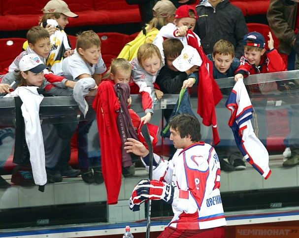 Alex Ovechkin signs autographs for kids.