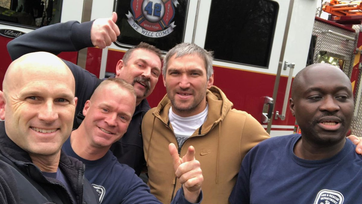 Alex Ovechkin takes photo with local firefighters after neighbor's false alarm