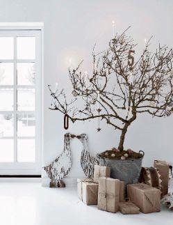 Simpel een dikke tak met wat kerstballen