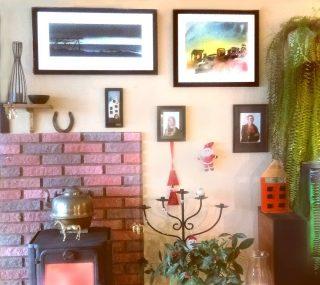 """""""Stueveggen"""" . Et lite utsnitt av veggen i stua vår. Med en surrealistisk og disharmonisk blanding av bilder, blomster, bregner, nisser og andre juledekorasjoner.  Må nevne at de to bildene øverst er laget av Ruth Therese Brokstad.  #surrealistic #colorful #christmasdecor  #painting #rutheart #rutheart_home  #trondheim"""