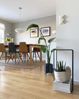«NORTHERN BLISS» 💛 i vakre omgivelser hos @by_tine_home  👋✨Bildet er på salg ut dagen, sjekk link i bio! 🥰🎊 • • •  _____________________________________________ #kunst #art #wallart #rutheart_home #interiørdetaljer #minimalisme #minimal  #minimalmood #renelinjer  #interiordesign #interiordecor #nordiskinteriør #interiør #interiordetails #skandinaviskstil #skandinaviskinteriør #interior #scandinaviandecor #scandinaviandesign #scandistyle #interiorstyling #mynordichome #homedecor #diningarea #minimalism #nordicminimalism #softminimalism #homeinterior #homeadore #nordiskehjeminspo