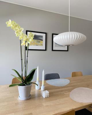 EASTER LEFTOVERS🐣  Orkidéen kom seg greit gjennom påsken🌼🌱  ***  | reklame De fine maleriene til rutheart skimtes i bakgrunnen💛 _____________________________________________ #rutheart_home #rutheart #kunstveggen #plantlover #orchids #interiørdetaljer #minimalisme  #minimalmood #renelinjer  #interiordesign #interiordecor #nordiskinteriør #interiør #interiordetails #skandinaviskstil #skandinaviskinteriør #interior #scandinaviandecor #scandinaviandesign #scandistyle #interiorstyling #mynordichome #homedecor  #minimalism #nordicminimalism #homeinterior #homeadore #nordiskehjeminspo #diyboblelys #bubblelamp
