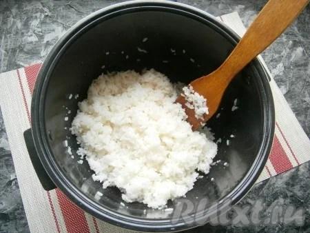 तैयार हॉट चावल तैयार रिफाइवलिंग और धीरे-धीरे डालने के लिए, किनारों से केंद्र तक, चावल लकड़ी (या प्लास्टिक) ब्लेड मिश्रण।