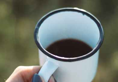 Elimde çay bardağı ile Nescafe içiyorum