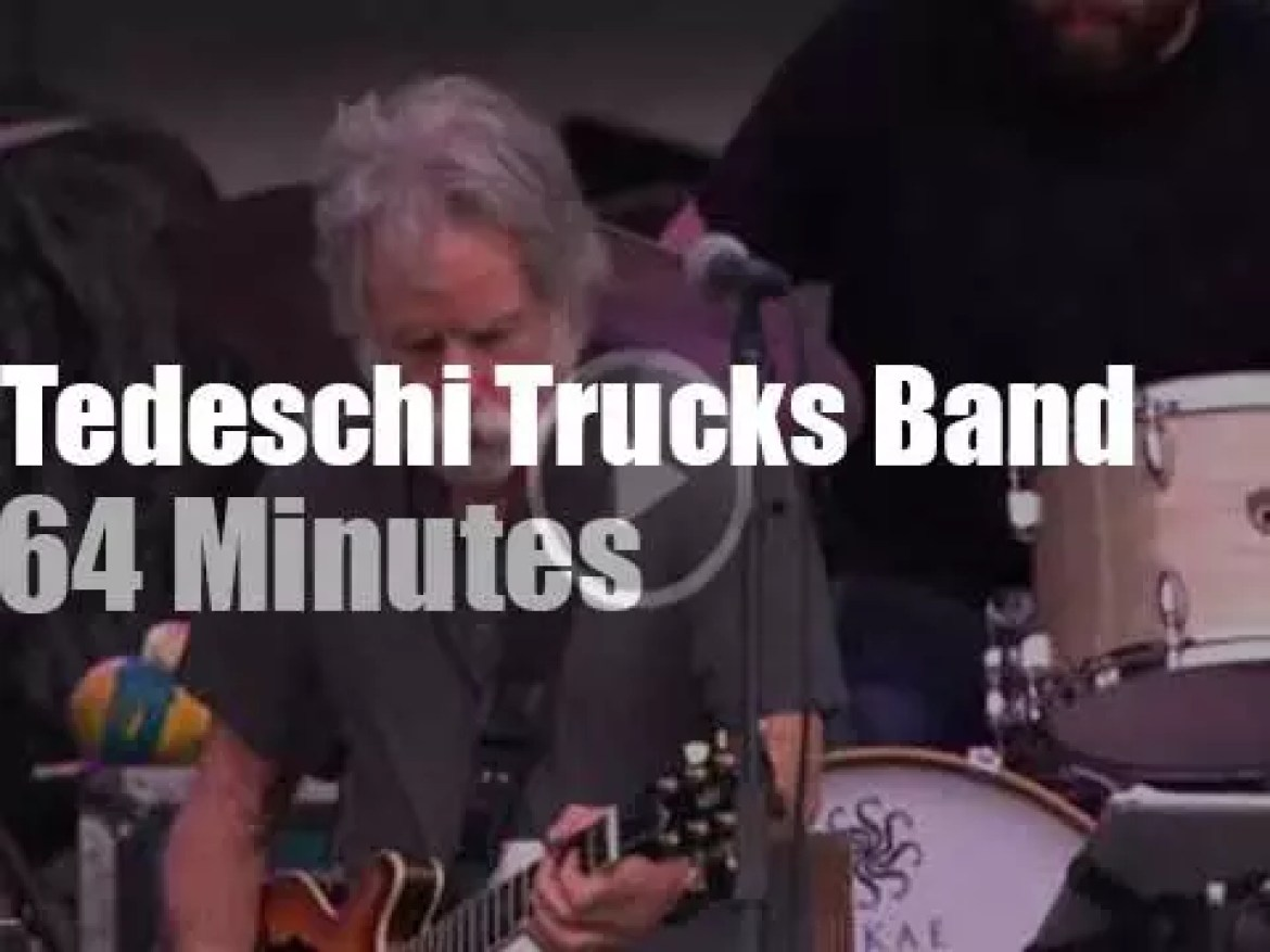 Bob Weir sits in with Tedeschi Trucks Band (2015)