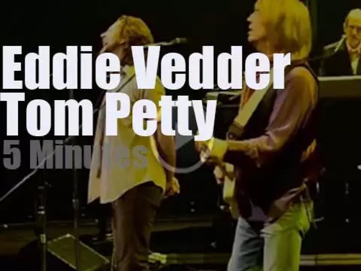 Eddie Vedder sits with Tom Petty & The Heartbreakers (2006)