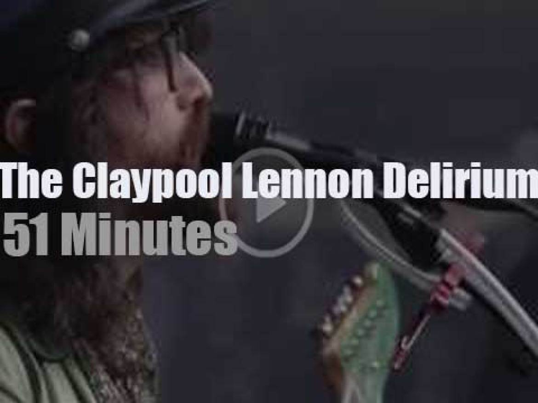The Claypool Lennon Delirium play outside (2016)