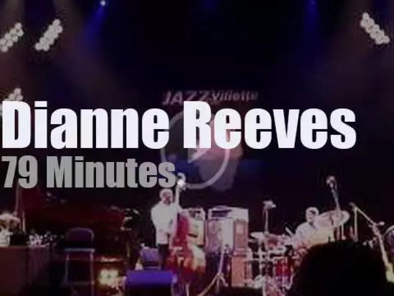 Dianne Reeves sings at a Paris jazz festival (2017)