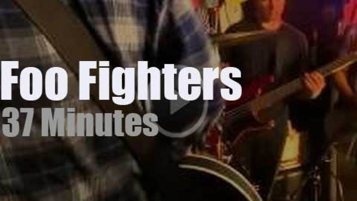 Foo Fighters rock a pizza restaurant (2013)