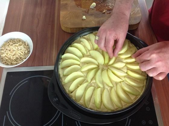 Die Apfelschnitze darauf legen.