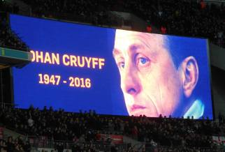 The 14th minute is applauded in memory of Cruyff