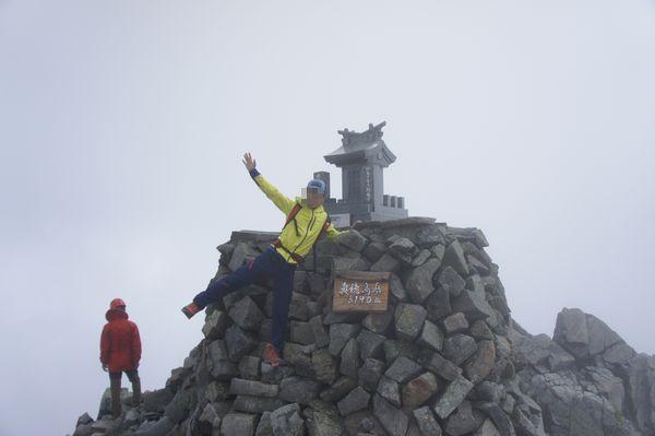 奥穂高岳山頂で記念写真