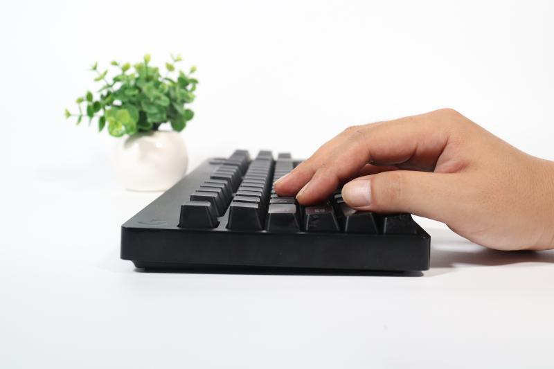 通常のキーボードに手を置いた画像