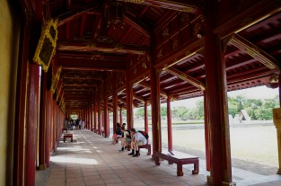 戦争で破壊された後、現在も復旧工事中の王宮。今はまだ回廊が取り囲むのみ。