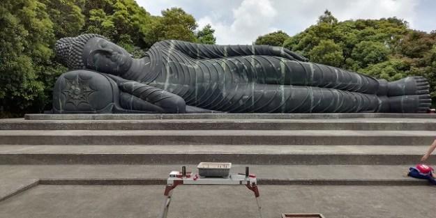釈迦涅槃佛「寝観音」様の全景でございます。