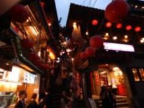 九份老街の細い路地と階段と灯篭