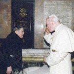 Papież Jan Paweł II pije wodę z cudownej studni