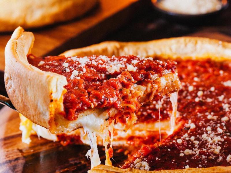 La pizza alta e croccante con pomodori e formaggio