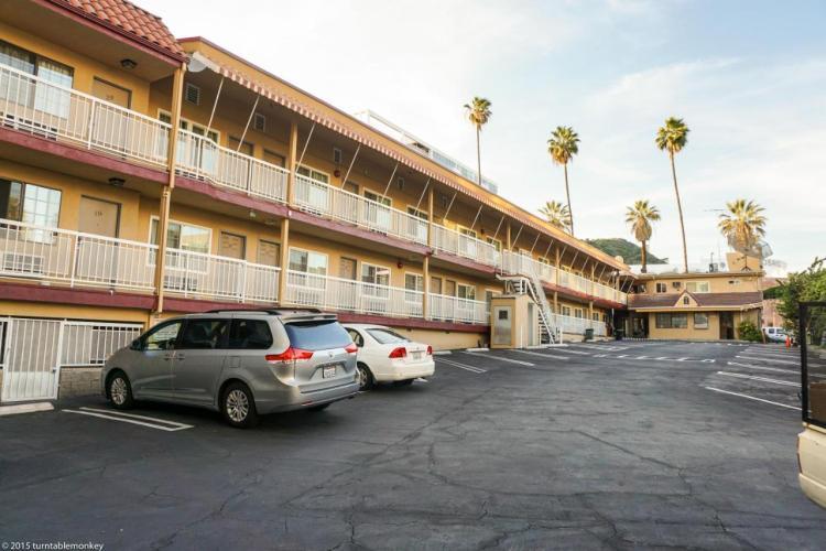Недорогой отель с парковкой в Голливуде