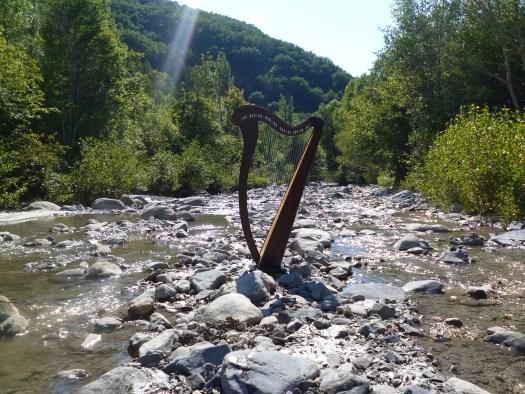harpe celtique au milieu de la Bléone. Le vent, l'eau et les oiseaux dialoguent dans le silence.