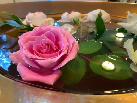 Décoration d'intérieur avec des roses flottantes dans l'eau
