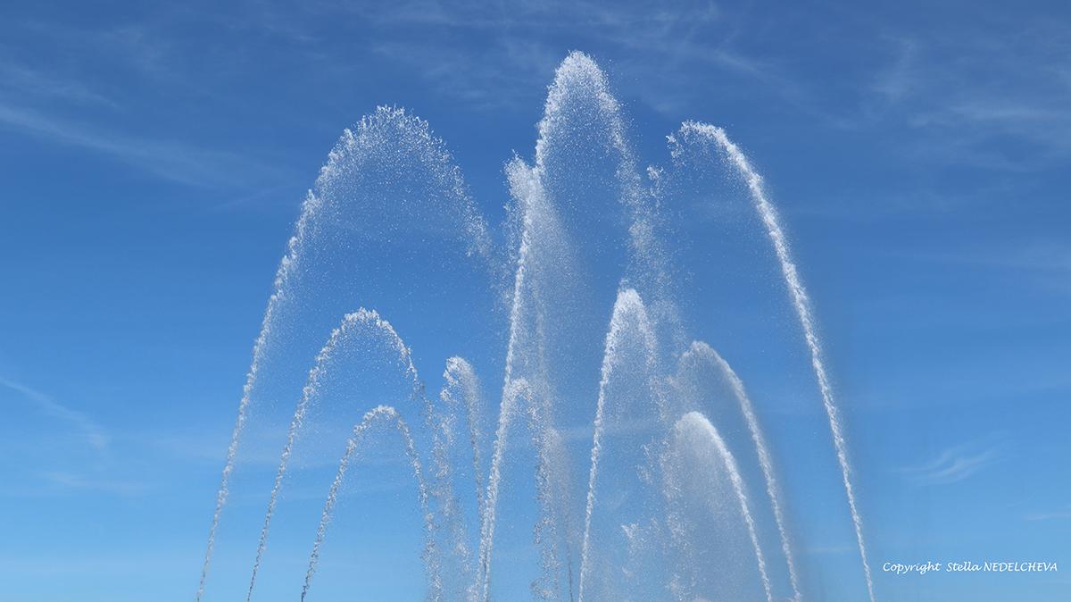Jets d'eau sur le fond d'un ciel bleu