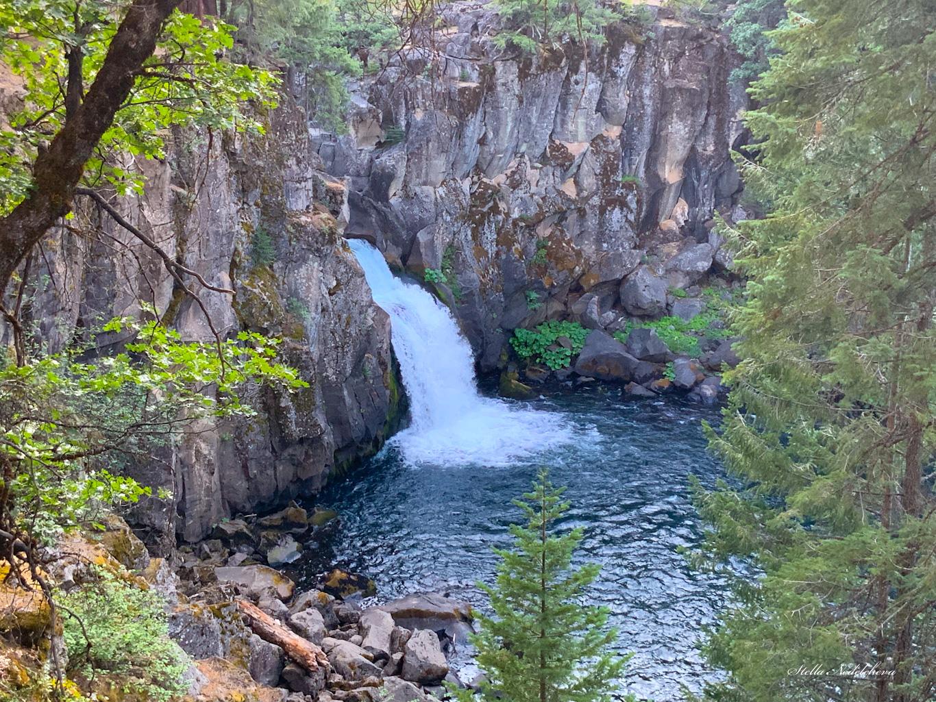 Cascade dans la montagne en Californie