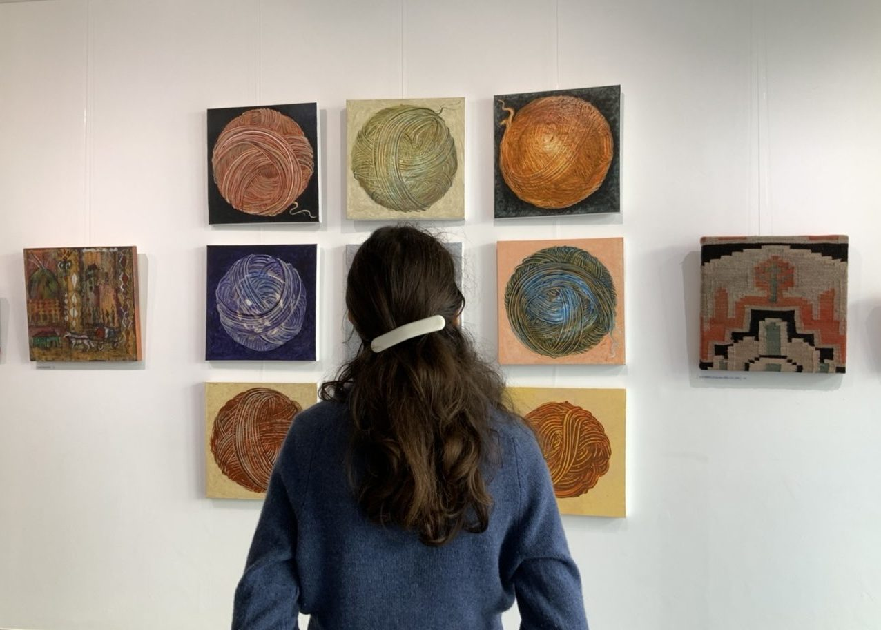Jeune femme contemplant une peinture