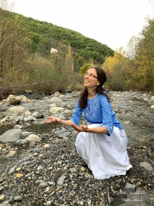 Jeune femme jouant avec une pierre dans la rivière
