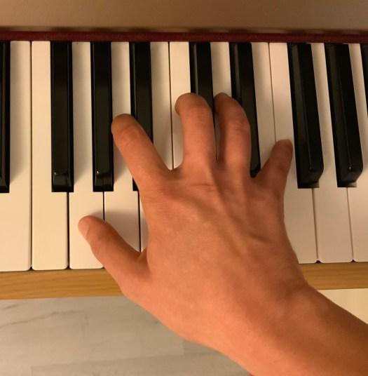 Main au piano