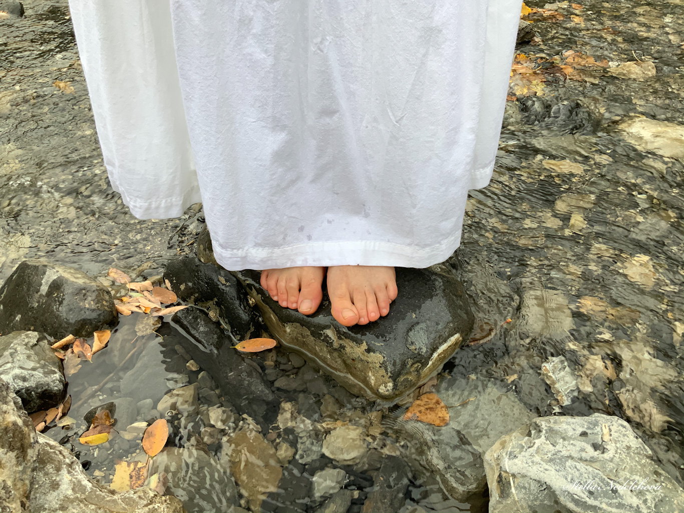 Pieds sur une pierre dans la rivière