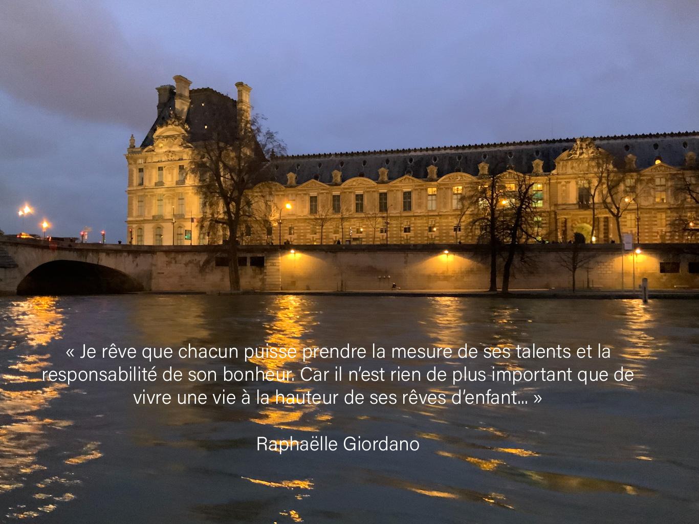 Paris (musée du Louvre) à la tombée de la nuit