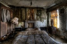 Stunning Pics Of Abandoned Farmhouse Bed