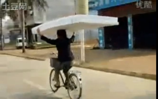Chinese Mattress Delivery System Involves Riding Bicycle With No Hands Video Huffpost