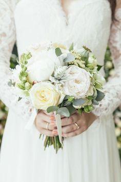 Brautstrauss mit rosefarbenen Rosen und verschiedenen