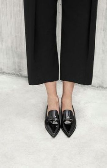 You might have seen them around on the hottest blogs, Tumblrs and Instagrams. Shoes with a pointed toe is the newest and coolest shoe trend. Love these pointed ballerinas from Asos: http://asos.to/1oRPHeJ